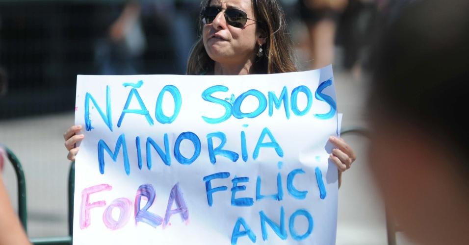 27.mar.2013 - Mulher participa de protesto contra o deputado e pastor Marco Feliciano, presidente da Comissão de Direitos Humanos, no centro de Florianópolis (SC)