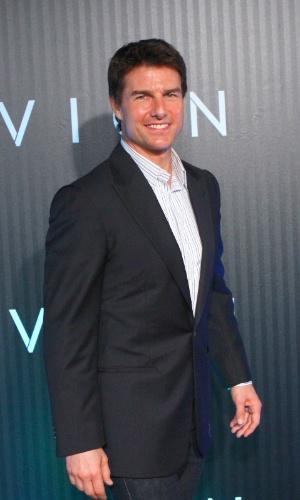 """27.mar.2013 - No tapete vermelho da sessão especial de """"Oblivion"""", no Rio de Janeiro, Tom Cruise posa para fotos"""