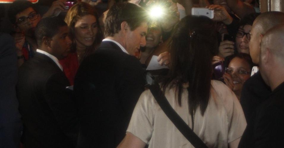 """27.mar.2013 - O ator atende fãs que o aguardavam para a première do filme """"Oblivion"""" no Rio, na noite desta quarta"""