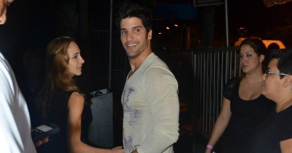 27.mar.2013 - O carioca Marcello chega com a namorada emcasa nortuna na Barra da Tijuca, para a festa de encerramento do