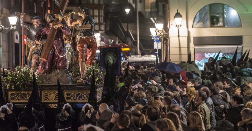 27.mar.2013 - Procissão percorre na noite desta quarta-feira (27) rua de Bilbao, na Espanha
