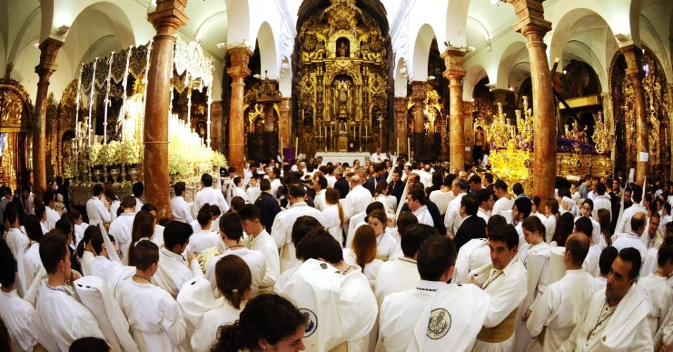 27.mar.2013 - Religiosos da irmandade da Candelaria na igreja de San Nicolás de Sevilha, na Espanha