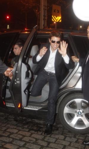 """27.mar.2013 - O ator Tom Cruise acena ao descer do carro para a première do filme """"Oblivion"""" no Rio, no noite desta quarta"""