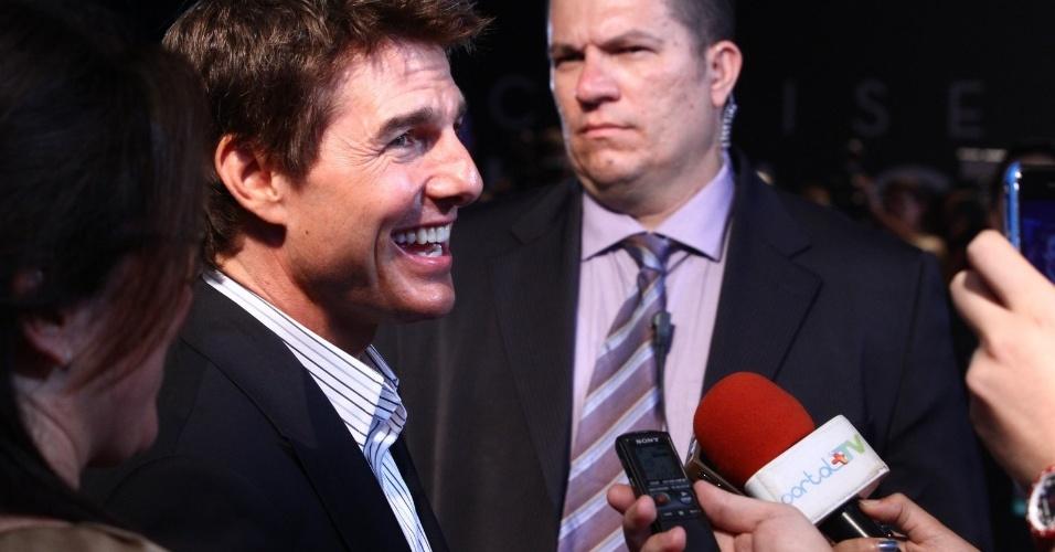 """27.mar.2013 - Tom Cruise dá entrevista durante a première do filme """"Oblivion"""" no Rio, na noite desta quarta"""