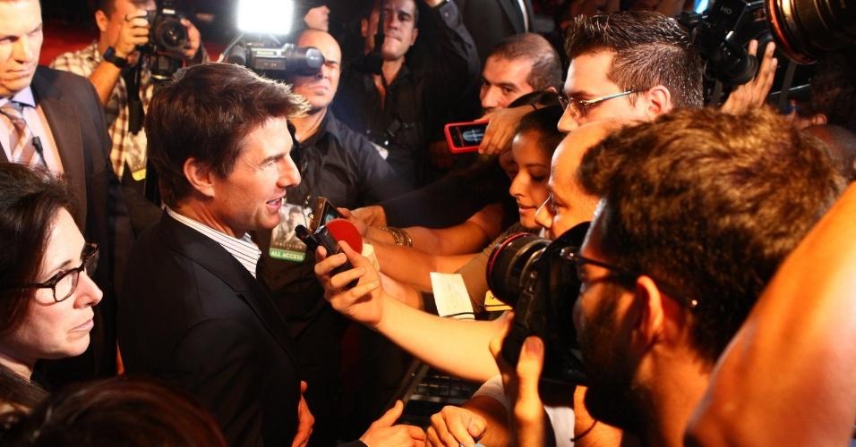 """27.mar.2013 - Tom Cruise é cercado pela imprensa na pré-estreia do filme """"Oblivion"""" no Rio, no noite desta quarta"""