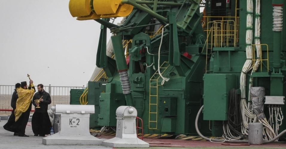 27.mar.2013 - Um padre católico ortodoxo faz bênção na plataforma de lançamento do cosmódromo de Baikonur, no Cazaquistão. A nave russa está prevista para ser lançada ao espaço nesta quinta-feira (28),com dois russos e um norte-americano a bordo