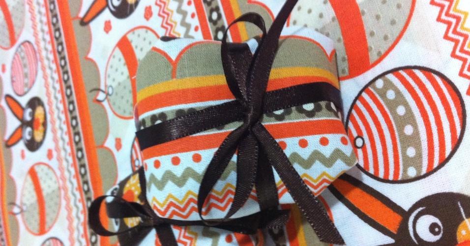 Bem-casado embalado em tecido com tema de Páscoa; da Puro Brigaderia (www.purobrigadeiria.com.br), por R$ 5,50 (unidade). Preço pesquisado em março de 2013 e sujeitos a alterações