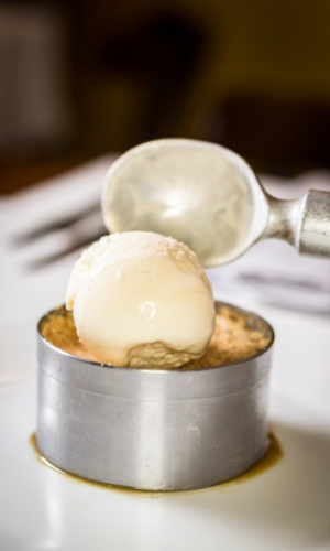 Junte delicadamente a bola de sorvete...