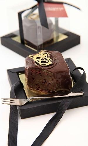 Mini bolo de chocolate amargo com cobertura de chocolate amargo, com embalagem e mini garfo; da Duo Pâtisserie (www.duopatisserie.com.br), por R$ 12,60 (unidade). Preço pesquisado em março de 2013 e sujeitos a alterações