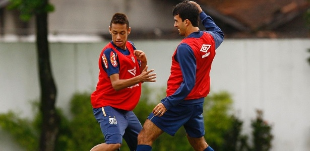 Neymar e Roberto Brum disputam bola em treino do Santos, em 2010