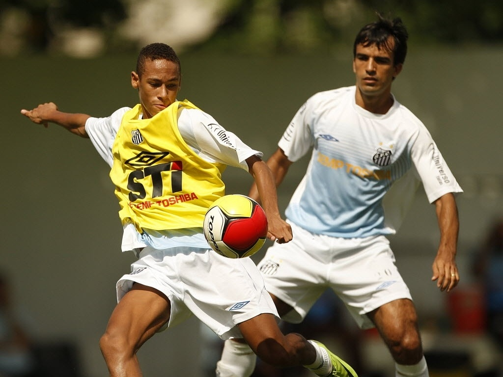 Neymar e Roberto Brum em treinamento do Santos, em 2009