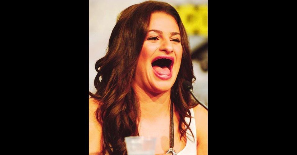 O Tumblr 'Actresses Without Teeth' (atrizes sem dentes) reúne fotos de atrizes em que usuários da web retiraram os dentes usando editores de imagens. Na foto, Lea Michele