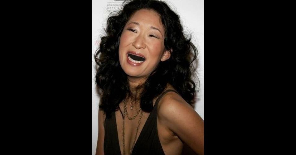 O Tumblr 'Actresses Without Teeth' (atrizes sem dentes) reúne fotos de atrizes que tiveram os dentes retirados com editores de imagens. Na foto, Sandra Oh