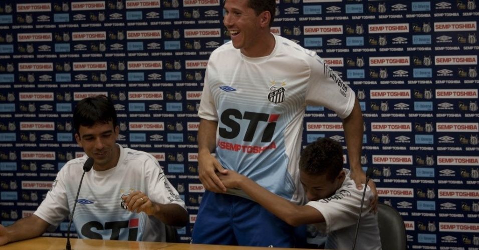 Roberto Brum e Fabiano Eller brincam com Neymar em coletiva do Santos, em 2009