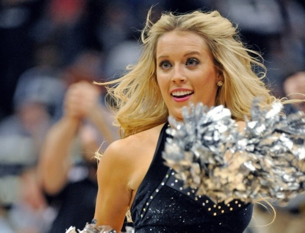 27.mar.2013 - Cheerleaders dançam durante jogo entre Timberwolves e Lakers