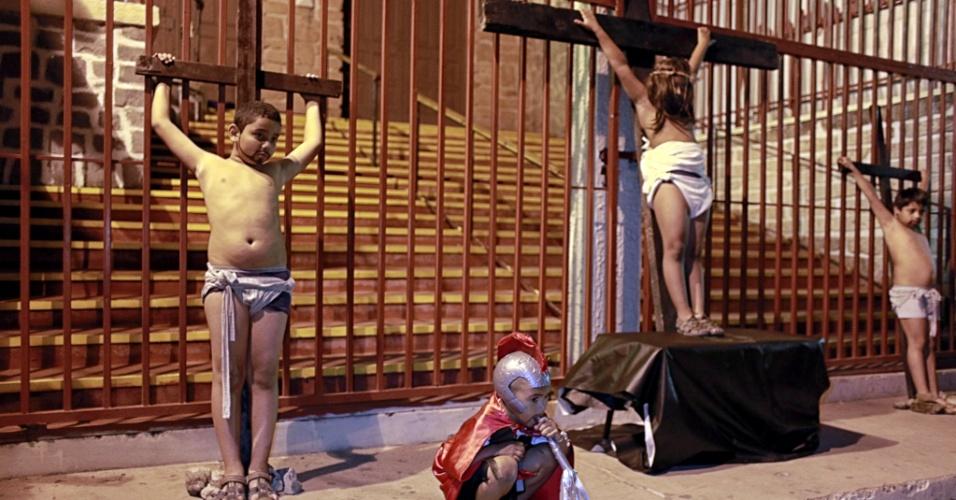 27.mar.2013 - Crianças participam de encenação infantil da via-sacra em Tegucigalpa. A cerimônia faz parte das festividades da Semana Santa em Honduras, considerado o país mais violento do mundo