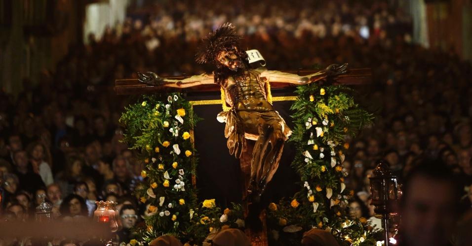 27.mar.2013 - Cruz supostamente milagrosa de 'Ta' Giezu' é carregada por peregrinos durante procissão da via-crúcis em Valletta, Malta - pequeno país insular no mar Mediterrâneo, entre a Itália e a Líbia. Conta a lenda que, em 1630, o escultor Fra Umile se esforçava para mostrar a dor de Cristo durante o percurso, sem sucesso. Até que cochilou, e um anjo completou seu trabalho