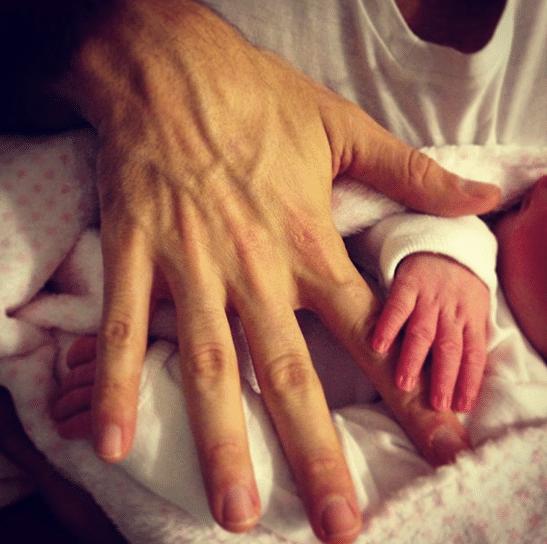 27.mar.2013 - Fernando Scherer brinca com a mão de sua filha Brenda