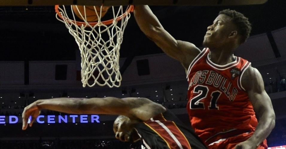27.mar.2013 - Jimmy Butler dá espetacular enterrada sobre Chris Bosh, na vitória do Chicago Bulls sobre o Miami Heat que quebrou a sequência de 27 vitórias seguidas do rival