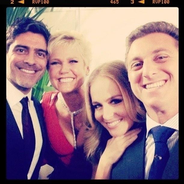 27.mar.2013 - Junno, Xuxa, Angélica e Huck posam juntos na festa
