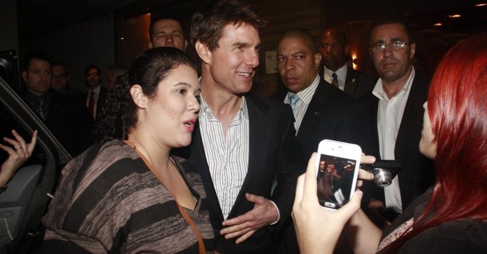 """27.mar.2013 - Tom Cruise é tietado após jantar na Churrascaria Fogo de Chão em Botafogo, Rio de Janeiro. O ator está no Brasil para divulgar seu longa de ficção científica """"Oblivion"""""""
