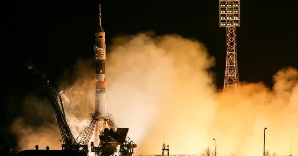 28.mar.2013 - A nave russa Soyuz é lançada com sucesso, por volta das 17h45 (fuso horário de Brasília), da plataforma do cosmódromo de Baikonur, no Cazaquistão. Pela primeira vez, o voo até a Estação Espacial Internacional (ISS, na sigla em inglês) será feito em apenas seis horas, e não mais em dois dias, o que permitirá à nave russa atracar na ISS no mesmo dia em que deixou a Terra