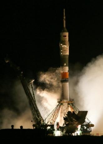 28.mar.2013 - Foguete que carrega a nave Soyuz se desacopla da plataforma de lançamento do cosmódromo de Baikonur, no Cazaquistão. A nave russa leva a bordo a nova tripulação da Estação Espacial Internacional (ISS, na sigla em inglês) - os cosmonautas russos Pavel Vinogradov e Alexander Misurkin e o astronauta norte-americano Christopher Cassidy -, em voo previsto de até seis horas