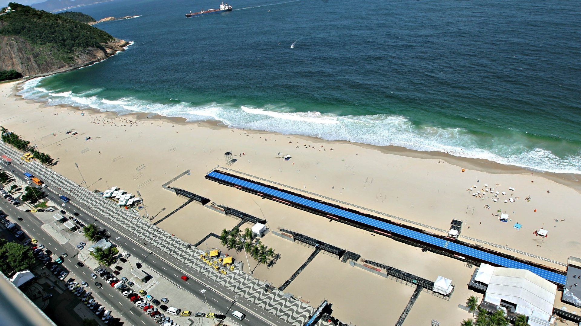 28.mar.2013 - Imagem panormica da praia de Copacabana mostra a pista de 150 m em que Usain Bolt competir no prximo domingo