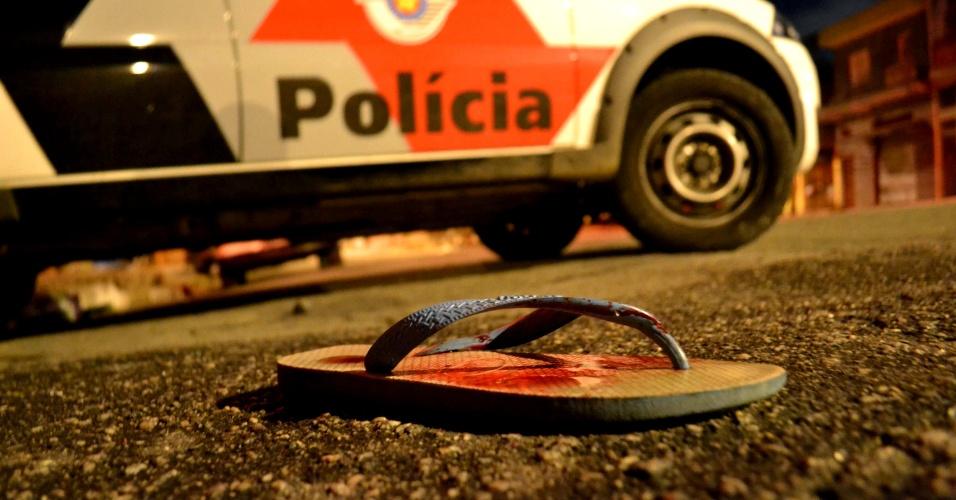 28.mar.2013 - Oito pessoas foram baleadas na madrugada desta quinta-feira (28) na Brasilândia, zona norte de São Paulo. Segundo informações de testemunhas, quatro atiradores chegaram em duas motos atirando no grupo. As vítimas foram socorridas, mas um não resistiu aos ferimentos e morreu