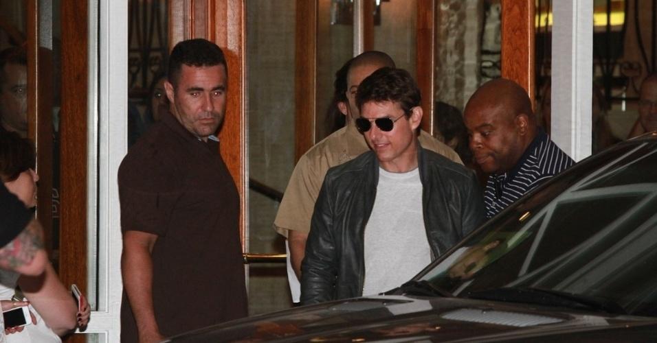 """28.mar.2013 - Tom Cruise deixou o hotel onde está hospedado na zona sul do Rio. O ator está na cidade promovendo o filme """"Oblivion"""""""