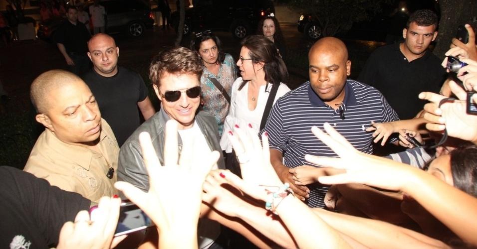 28.mar.2013 - Tom Cruise deixou o hotel onde está hospedado na zona sul do Rio. O ator falou com alguns fãs que estavam no local