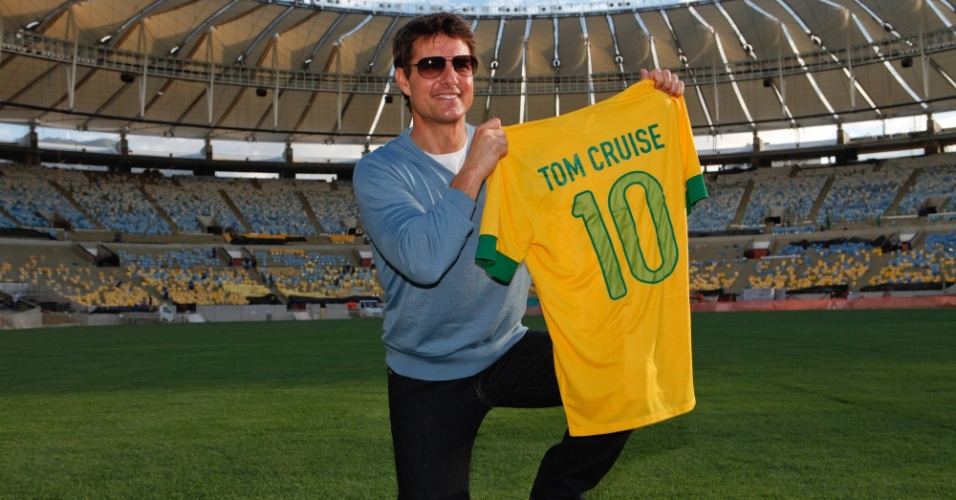 28.mar.2013 - Tom Cruise visitou o estádio do Maracanã, na zona norte do Rio. O ator ganhou uma camisa de futebol com seu nome