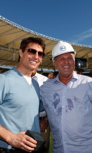 28.mar.2013 - Tom Cruise visitou o estádio do Maracanã, na zona norte do Rio. O ator se encontrou com o ex-jogador Zico