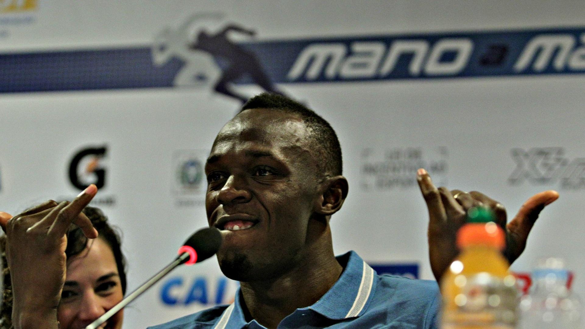 28.mar.2013 - Usain Bolt brinca durante coletiva de imprensa no Rio de Janeiro, onde no próximo domingo disputará prova de 150 m em Copacabana