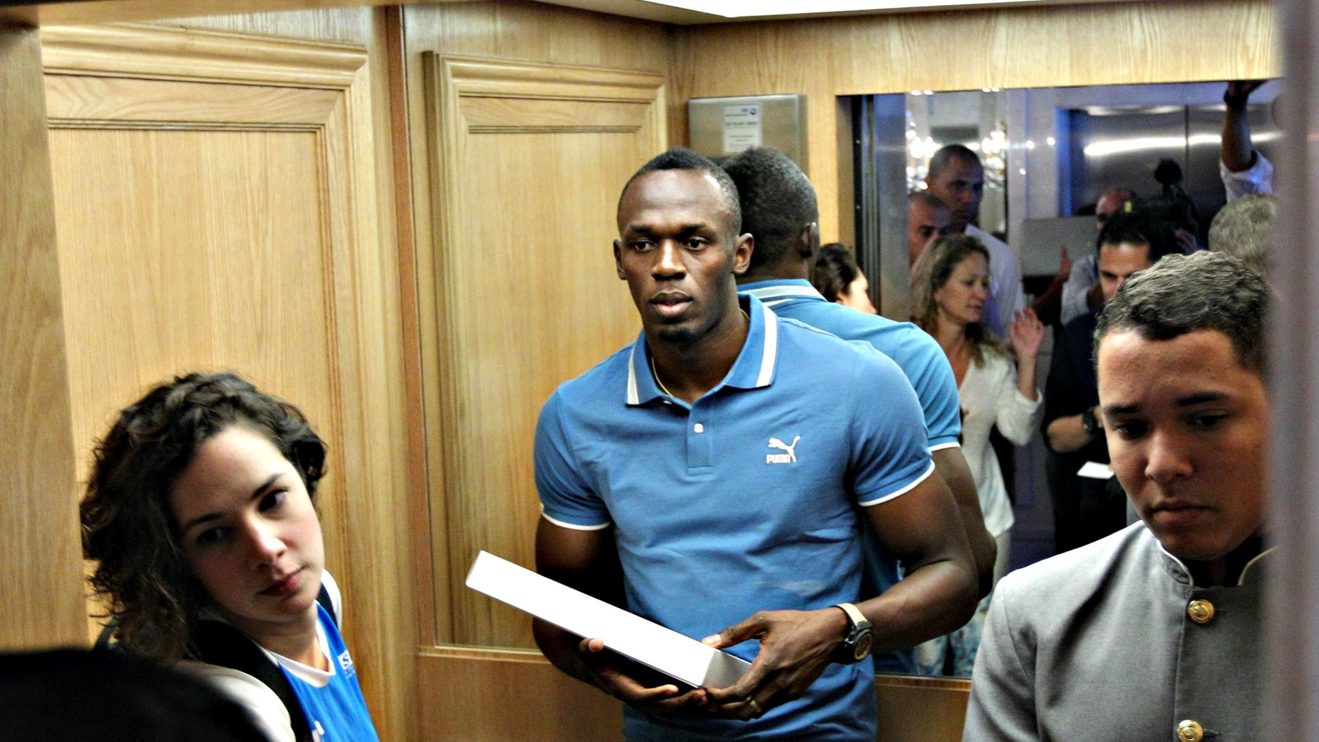 28.mar.2013 - Usain Bolt entra em elevador aps conceder entrevista coletiva no Rio de Janeiro