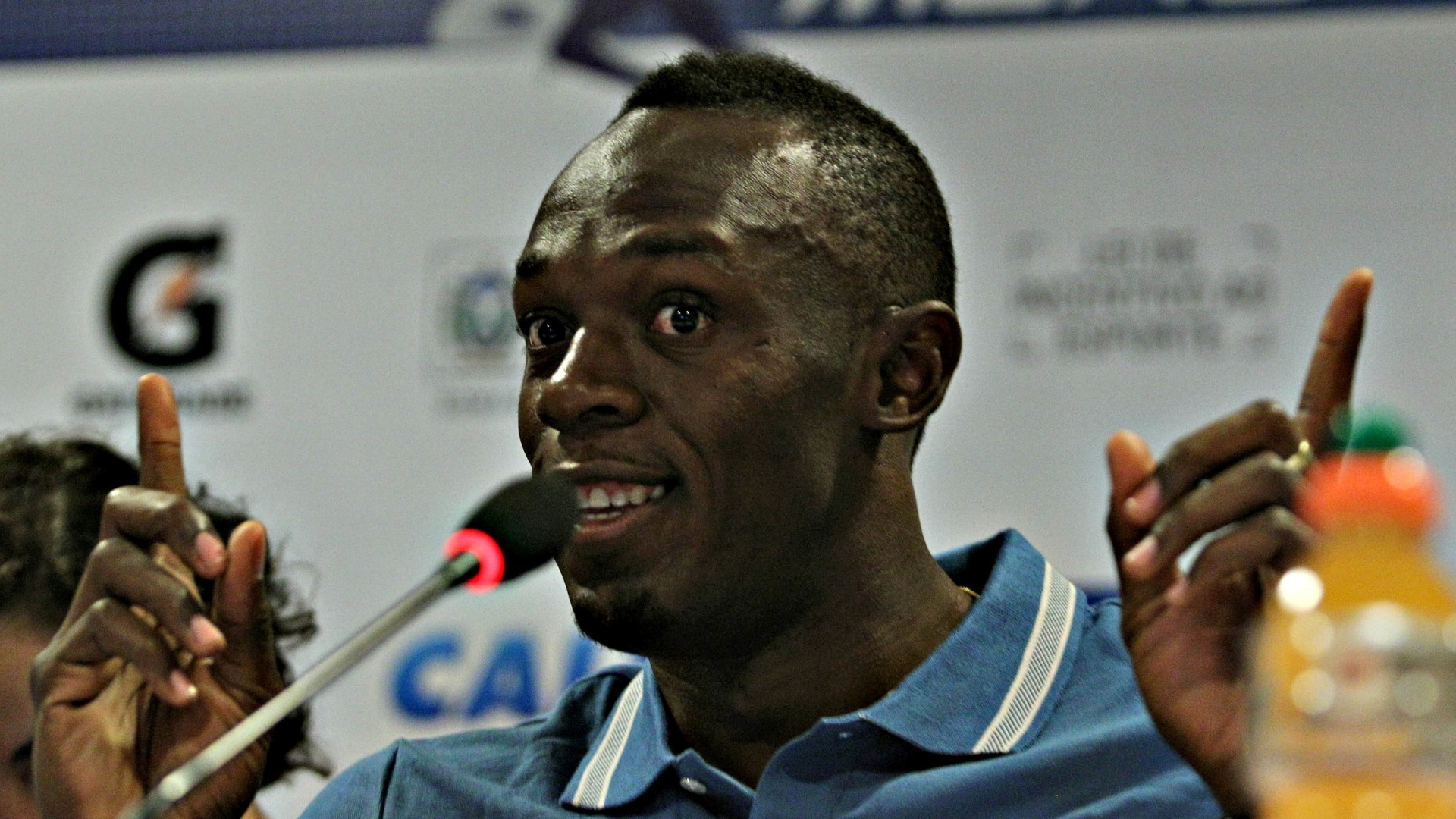 28.mar.2013 - Usain Bolt sorri durante coletiva de imprensa no Rio de Janeiro