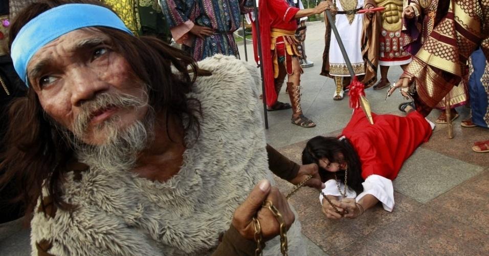 28.mar.2013 - Vários atores filipinos recriam a cena da Paixão de Cristo, em Manila (Filipinas)