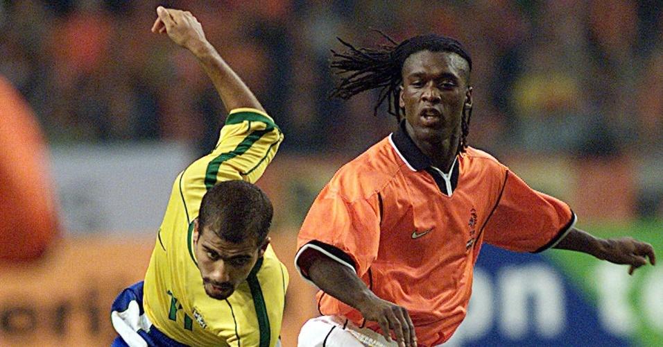 9.out.1999 - Seedorf protege a bola da chegada do brasileiro Felipe em disputa de amistoso em Amsterdã