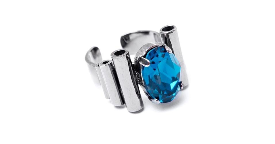 Anel prateado com pedra azul; R$ 360, na Fit (www.fitsports.com.br). Preço pesquisado em março de 2013 e sujeito a alterações
