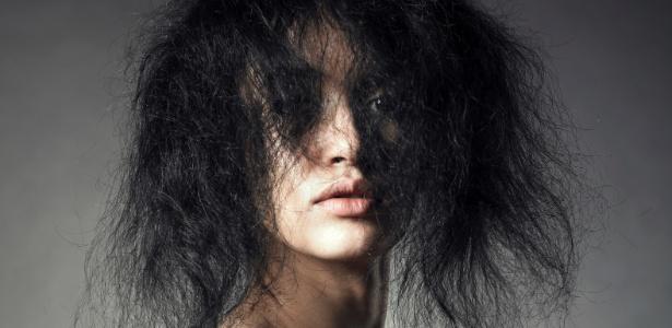 Durante o período da transição entre a progressiva e a volta dos fios naturais, é normal que o cabelo fique com duas texturas, o que exige cuidado extra e muita paciência