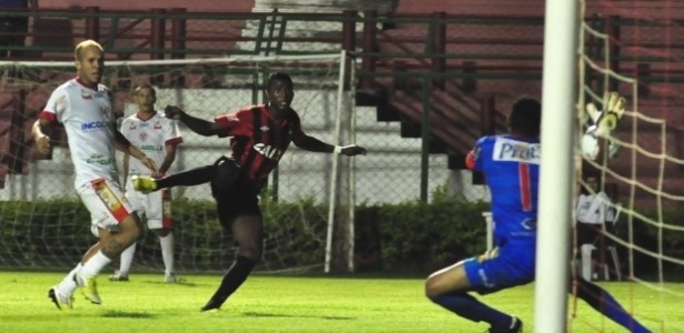 Douglas Coutinho fez o gol da vitória do Atlético-PR diante do Paranavaí