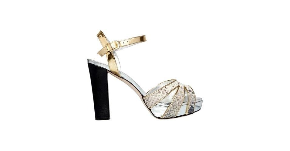 Sandália de salto grosso prateada, dourada e com textura de cobra; R$ 789,90, na LLIÉE (www.lliee.com.br). Preço pesquisado em março de 2013 e sujeito a alterações