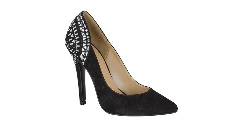 Scarpin preto com aplicações na parte traseira; R$ 329,90, na My Shoes (www.myshoes.com.br). Preço pesquisado em março de 2013 e sujeito a alterações