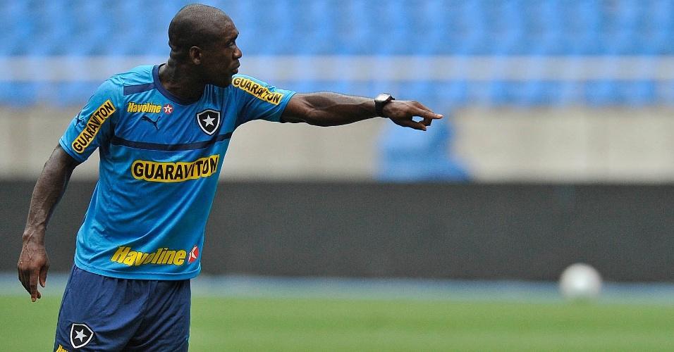 Seedorf reclama e orienta posicionamento durante treinamento do Botafogo