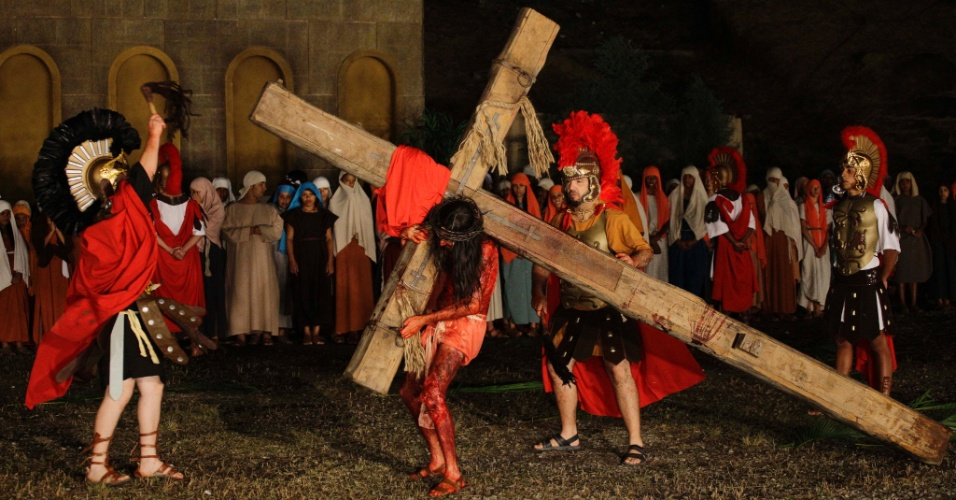 28.mar.2013 - Atores encenaram a Paixão de Cristo às margens do rio Tietê, na noite desta quinta-feira, na cidade de Santana do Parnaíba, na Grande São Paulo