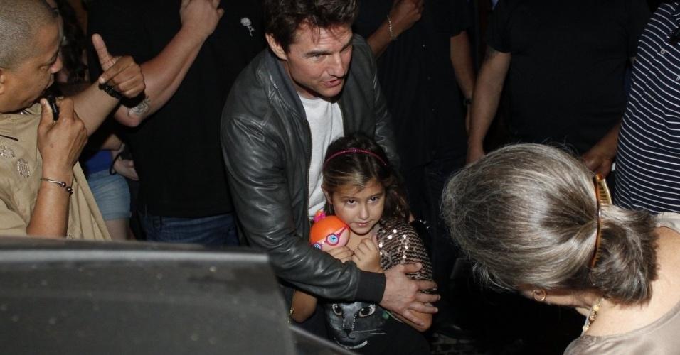 """28.mar.2013 - O astro de """"Oblivion"""" Tom Cruise causa alvoroço com fãs ao sair de restaurante no Leblon, Rio de Janeiro"""