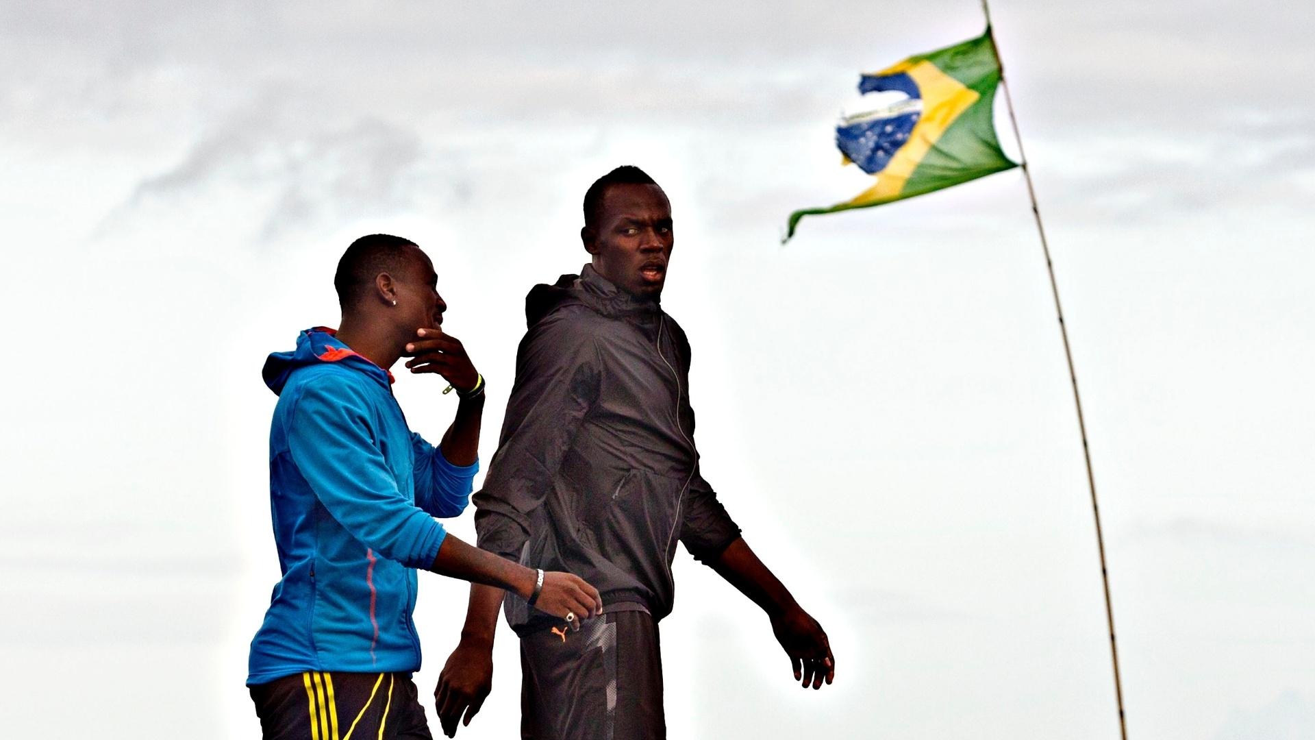 29.03.2013 - Bolt conversa durante o treino realizado na Praia de Copacabana