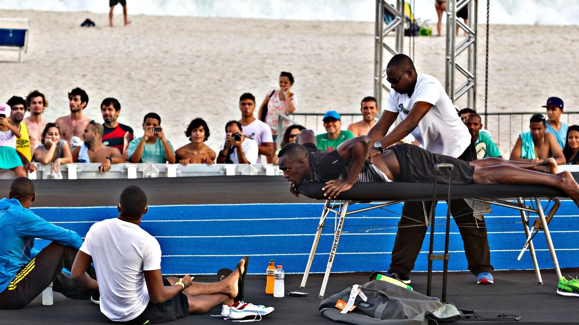 29.03.2013 - Bolt recebe massagem antes do início do treino no Rio de Janeiro