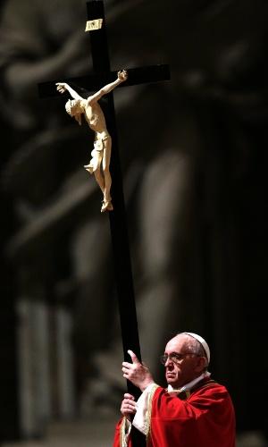 29.mar.2012 - Papa Francisco segura crucifixo durante encenação da Paixão de Cristo na Basílica de São Pedro, no Vaticano. Milhares de pessoas assistem no templo ao rito da Sexta-Feira Santa