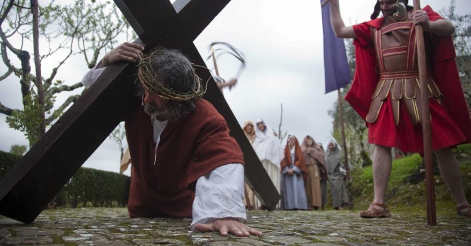 29.mar.2013 - Atores encenam via-sacra no Castelo de Ourem, em Portugal, nesta Sexta-Feira Santa